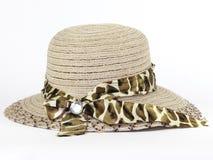 Cappello di estate con la terra della parte posteriore di bianco Immagini Stock Libere da Diritti