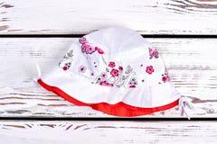 Cappello di estate stampato bianco della neonata Immagine Stock Libera da Diritti
