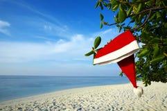 Cappello di natale su una spiaggia Immagini Stock Libere da Diritti