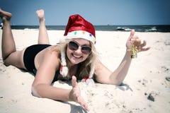 Cappello di natale sulla spiaggia con il segnalatore acustico Immagini Stock Libere da Diritti
