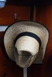 Cappello di paglia appeso su un gancio Fotografie Stock Libere da Diritti