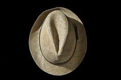 Cappello di paglia casuale su fondo nero Fotografia Stock Libera da Diritti