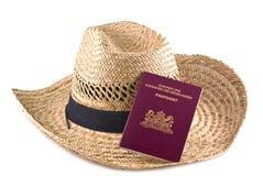 Cappello di paglia con il passaporto europeo. Fotografie Stock