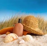 Cappello di paglia con l'asciugamano alla spiaggia fotografia stock libera da diritti