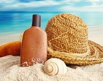 Cappello di paglia con lozione sulla spiaggia fotografie stock libere da diritti