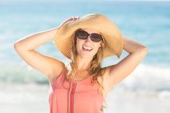 Cappello di paglia d'uso biondo grazioso ed esaminare macchina fotografica Fotografia Stock Libera da Diritti