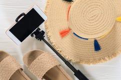 Cappello di paglia degli accessori e dei sandali dell'estate delle donne, cellulare, sel Fotografie Stock Libere da Diritti