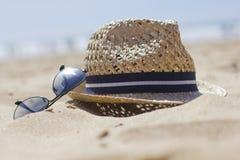Cappello di paglia ed occhiali da sole Fotografia Stock Libera da Diritti