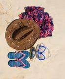 Cappello di paglia, maschera occhiali da sole e Flip-flop su una spiaggia tropicale Fotografia Stock
