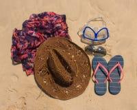 Cappello di paglia, maschera occhiali da sole e Flip-flop su una spiaggia tropicale Fotografia Stock Libera da Diritti