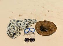 Cappello di paglia, maschera occhiali da sole e vestito su una spiaggia tropicale Fotografia Stock Libera da Diritti