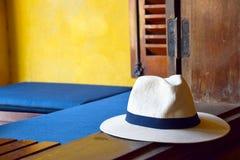 Cappello di paglia sul bordo della finestra fotografia stock libera da diritti