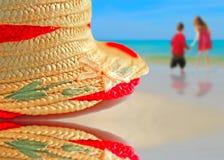 Cappello di paglia sulla spiaggia Fotografie Stock Libere da Diritti