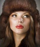 Cappello di pelliccia da portare della giovane donna Fotografia Stock