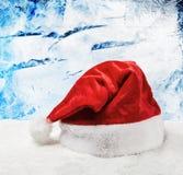 Cappello di Santa su neve fotografie stock libere da diritti