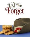 Cappello di slouch australiano dell'esercito e biscotti tradizionali di Anzac con affinchè non dimentichiamo il testo Fotografia Stock