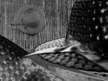 Cappello di vimini generico su bambù immagine stock