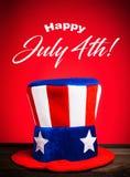 Cappello di zio Sam su fondo rosso con il saluto felice del 4 luglio Immagini Stock Libere da Diritti