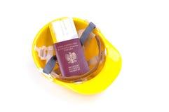 Cappello duro giallo con il passaporto ed il passaggio di imbarco Immagine Stock