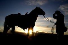 Cappello e cavallo della holding dell'uomo Fotografie Stock