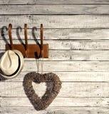 Cappello e cuore su un gancio Fotografie Stock Libere da Diritti