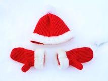 Cappello e guanti Colori rossi di Natale fotografie stock libere da diritti
