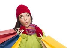 Cappello e guanti d'uso della donna della corsa mista che tengono i sacchetti della spesa Immagine Stock Libera da Diritti