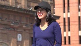 Cappello e parrucca d'uso di risata emozionanti della donna archivi video