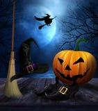 Cappello e scarpe della scopa di streghe con il fondo di Halloween Fotografie Stock