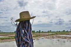 Cappello e vestiti di un agricoltore accanto al campo Immagine Stock Libera da Diritti