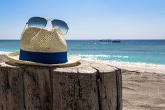 Cappello ed occhiali da sole fotografie stock libere da diritti