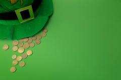 Cappello felice del leprechaun di giorno della st Patricks con le monete di oro su fondo verde Vista superiore Fotografie Stock Libere da Diritti