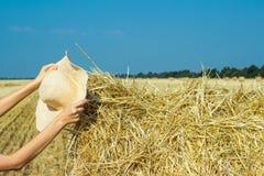 Cappello funzionante di un agricoltore su un mucchio di fieno Comcept di agricoltura Concetto della raccolta Fotografie Stock