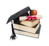 Cappello, libri, mela e rotolo laureati Immagini Stock Libere da Diritti