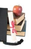 Cappello, libri, mela e rotolo laureati Fotografia Stock Libera da Diritti