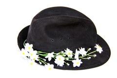 Cappello nero del velluto con i fiori bianchi Immagine Stock