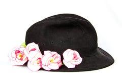 Cappello nero del velluto con le rose rosa Immagini Stock Libere da Diritti