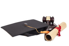Cappello nero di graduazione con il diploma e Gavel Fotografia Stock