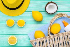 Cappello, occhiali da sole con i frutti e protezione solare fotografie stock