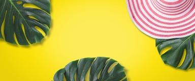 Cappello romantico e foglia di palma di estate femminile Concetto di viaggio di festa Fotografie Stock