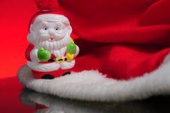 Cappello rosso con il giocattolo della Santa Fotografia Stock