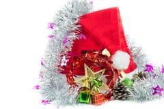 Cappello rosso di Santa Claus su un fondo bianco Fotografie Stock Libere da Diritti