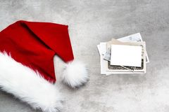 Cappello rosso di Santa e vecchie foto Immagini Stock