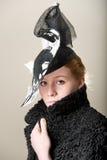 Cappello serio della testarossa in bianco e nero e cappotto nero Immagine Stock Libera da Diritti