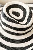 Cappello a strisce delle signore della spiaggia di estate Fotografie Stock Libere da Diritti