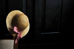 Cappello su una vecchia sedia Fotografie Stock