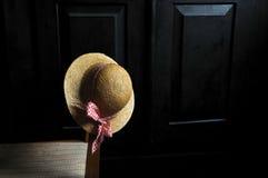 Cappello su una vecchia sedia Fotografie Stock Libere da Diritti