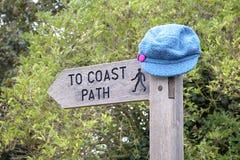 Cappello sul segno del percorso del litorale Immagine Stock Libera da Diritti