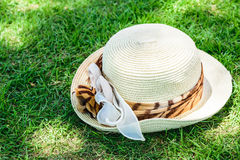 Cappello sull'erba Immagine Stock