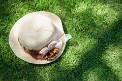Cappello sull'erba Immagini Stock Libere da Diritti
